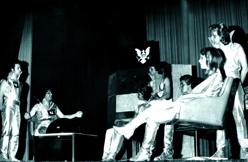 Luis Antônio Salles (Tom), Heitor Schmidt (Jim Roy), Thales Biedacha (Kerlog), Conrado Maleski Jr. (Berald), Irineu Guarnier Filho (Johnson), Lea Roos (Jane Astor) e Mauro Moraes (Dudley), na peça O Choque das Raças, no Teatro da Assembléia Legislativa, em Porto Alegre, durante apresentação no Primeiro Encontro Estadual de Teatro. (14 de Setembro de 1977)