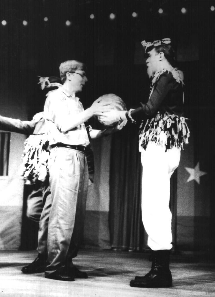 No intervalo da peça, sorteio de prêmios para a plateia. Em Ijuí o professor Edemar José Zanon ganhou uma melancia, entregue pelo General Euríclenes (Néstor Monasterio)