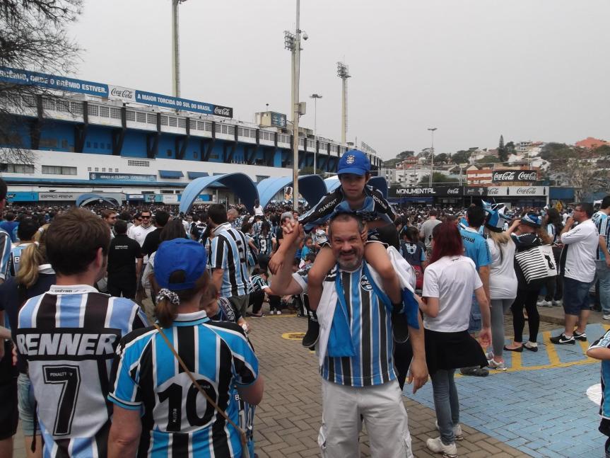 Com o filhote gremista Theo Cabral Schmidt no Abraço ao Estádio Olímpico, 15/09/2012 - Porto Alegre - RS