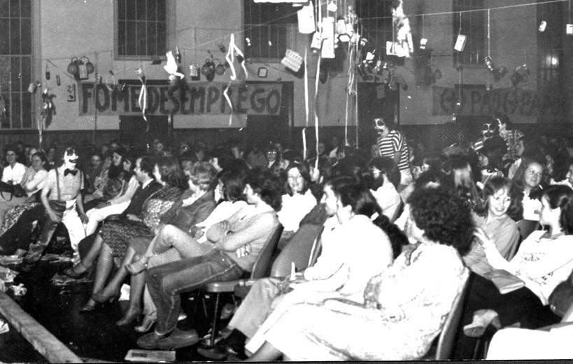 Cena com o público no Salão da Sociedade Ginástica, em Ijuí/RS – 1979