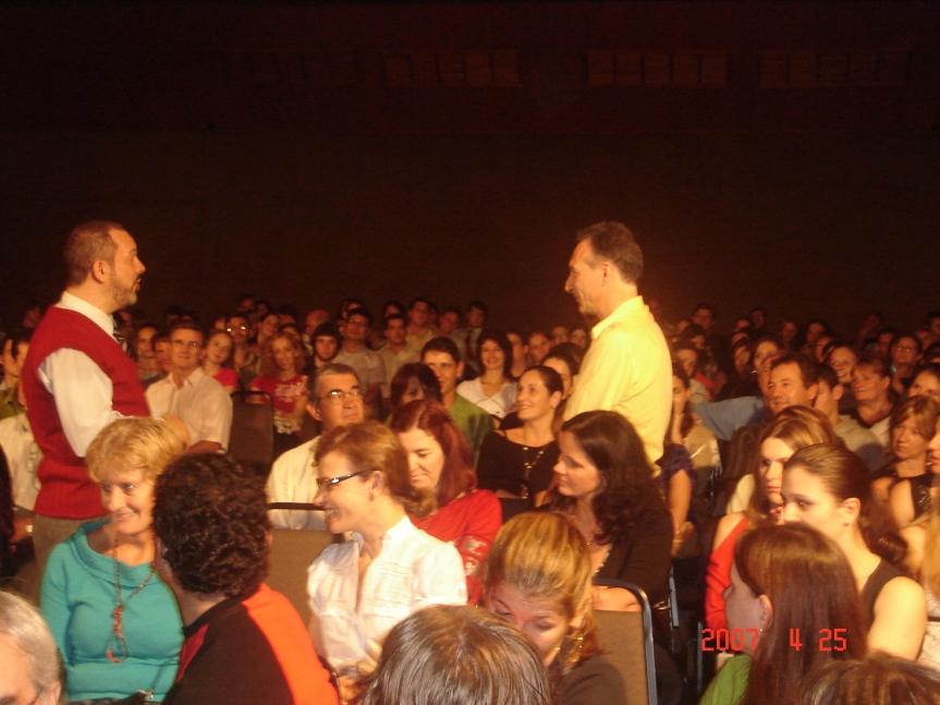 """Cena """"Classificados"""". com o público, em Lajeado, no Centro Comunitário Evangélico"""